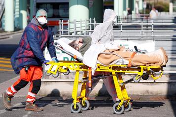 COVID-19: le nombre de morts repart à la hausse en Italie