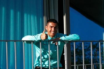 Cristiano Ronaldo, infecté par la COVID-19, repart vers l'Italie )