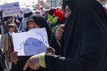 Les Irakiennes défilent sans les hommes dans Najaf, une première