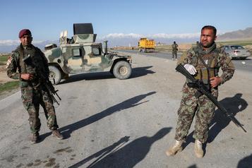 Des milliers d'Afghans fuient les combats dans le sud du pays)