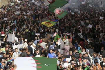 Des milliers de manifestants dans la rue, la répression s'accro?t)