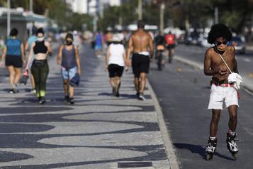Le Brésil réautorise l'arrivée d'étrangers par avion)