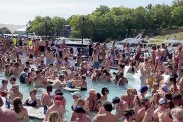 Nouveaux remous après une fête collective dans une piscine au Missouri)
