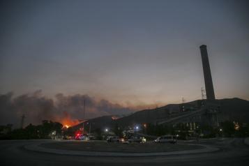 Turquie Incendies maîtrisés autour d'une centrale thermique menacée)