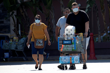 Des géants américains de la distribution votent pour le masque quand la crise s'aggrave)