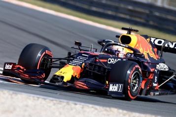 Max Verstappen obtient la position de tête aux Pays-bas)