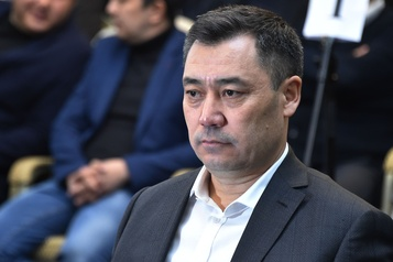 Le premier ministre du Kirghizstan prend le pouvoir après dix jours de chaos)