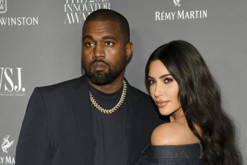 Kim Kardashian aux côtés de Kanye West avant la sortie de Donda)