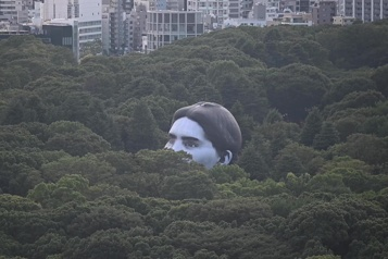 Une montgolfière en forme de tête géante surprend les Tokyoïtes)