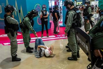 Hong Kong: la police dotée de vastes pouvoirs de surveillance)