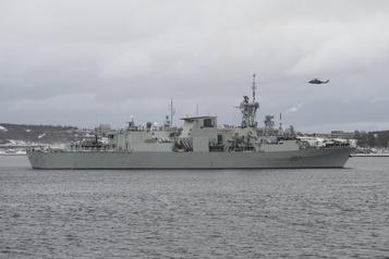 Écrasement d'hélicoptère en Grèce: le navire d'attache de retour en mission)