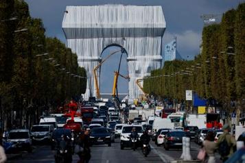 L'Arc de Triomphe recouvert de tissu)