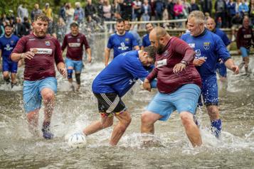 Un match de soccer amateur… sur un terrain inondé)