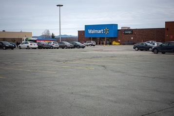 Agression au Walmart à Sherbrooke: la victime lutte pour sa vie
