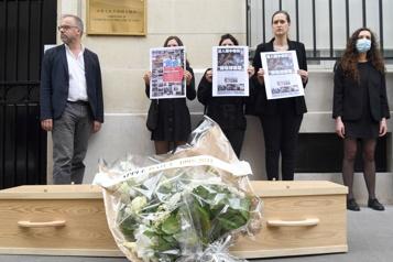 RSF dénonce «l'assassinat» du Apple Daily devant l'ambassade de Chine à Paris)