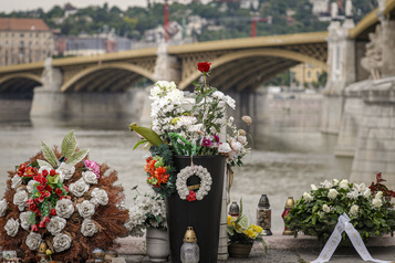 Premier anniversaire du naufrage mortel à Budapest)