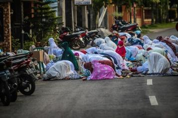 Indonésie Les musulmans prient ensemble pour l'Aïd malgré la flambée épidémique)