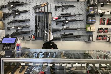 Biden dévoile un plan limité pour lutter contre les armes à feu)