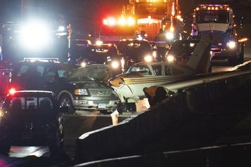 Un avion atterrit sur une autoroute au Minnesota)