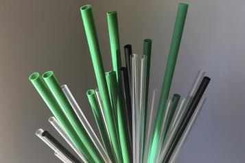 Six articles de plastique bientôt interdits au Canada)