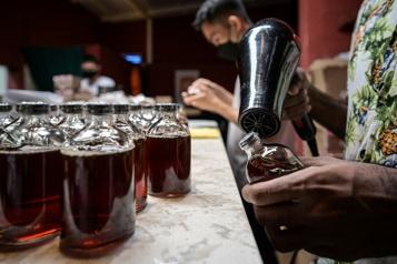 Un bar malaisien prépare des cocktails sur le thème des vaccins)