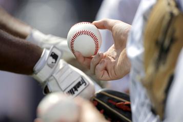 Neuf clubs de la MLB prolongent le versement des salaires des ligues mineures)