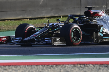 Lewis Hamilton remporte le Grand Prix de Toscane, crevaison pour Lance Stroll)
