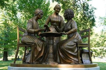 Une statue de «vraies femmes» inaugurée à Central Park)