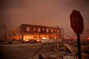 Incendie en Californie 2000 nouvelles évacuations, une petite ville ravagée)