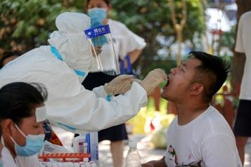 La Chine teste massivement en raison d'une hausse des cas de COVID-19)