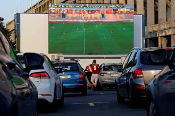 Regarder un match de soccer comme au ciné-parc)