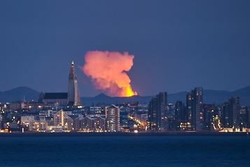 Islande L'éruption près de Reykjavik se transforme en grandioses geysers de lave)