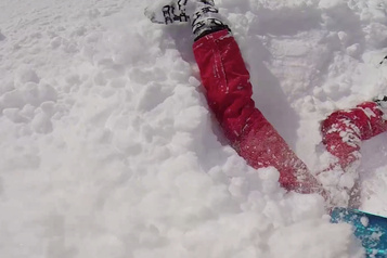 Un skieur sauve une femme ensevelie sous la neige dans les Alpes