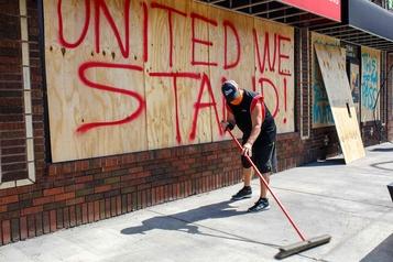 La pandémie et les émeutes assomment les commerçants de Minneapolis)