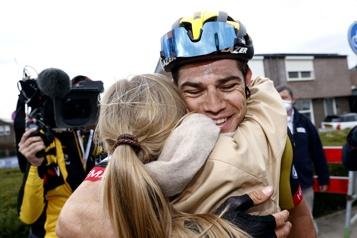 Amstel Gold Race Wout Van Aert l'emporte, Hugo Houle et Guillaume Boivin posent pied)