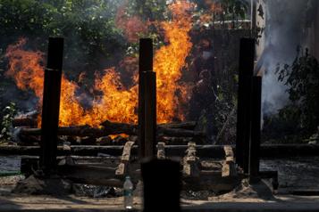 COVID-19 Des corps incinérés dans un stationnement en Inde)