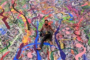 Un artiste réalise la plus grande peinture du monde)