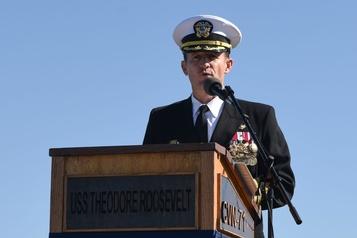 Le commandant révoqué du USS Theodore Roosevelt acclamé en héros à son départ
