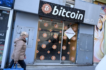 Le bitcoin plonge après une performance record)