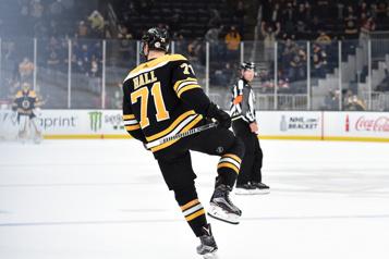 Taylor Hall marque deux buts, les Bruins défont les Islanders3-2)