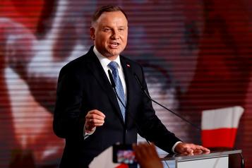 Le président polonais veut interdire l'adoption aux couples homosexuels)