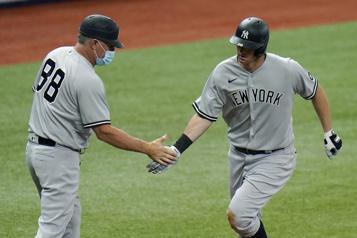 Complètement vacciné, un instructeur des Yankees contracte la COVID-19)