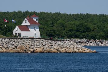 Les phares de Nouvelle-Écosse continuent de veiller)