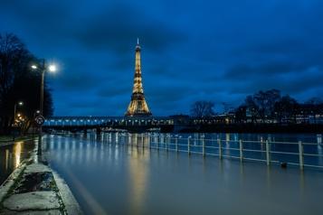 La Tour Eiffel fait peau neuve et s'offre une cure de jouvence)