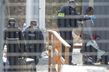 Les demandeurs d'asile traversent toujours la frontière malgré la fermeture)