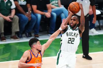 Finale de la NBA Khris Middleton magistraldans une deuxième victoire de suite des Bucks)