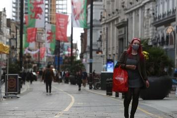 COVID-19 Restrictions locales renforcées pour des millions de Britanniques)