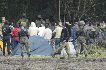 La Pologne accuse Russie et Biélorussie de lui envoyer leurs migrants)
