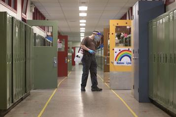 COVID-19: Québec retire sa liste des écoles touchées )