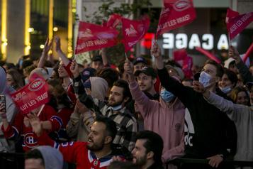 Canadien-GoldenKnights Des fans en liesse devant le Centre Bell)